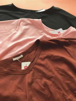 T-shirt with tag (clothes, clothing) Vertical photo