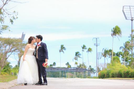 Photo Wedding Kiss in a straight path