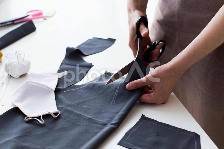 マスクの布を裁断する4の写真