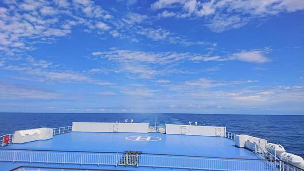 푸른 바다와 푸른 하늘과 페리의 갑판