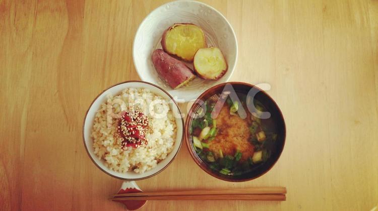 玄米ごはん・朝食・和食の写真
