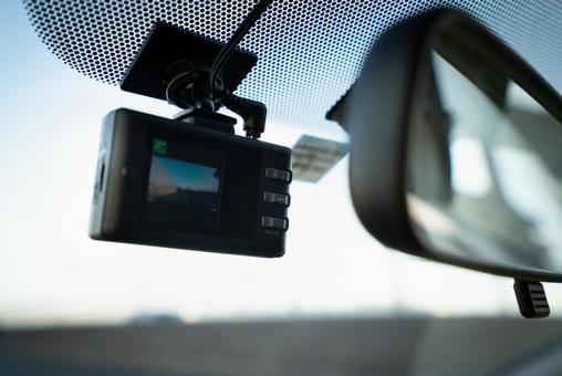 ドライブレコーダーの写真。あおり運転を録画するイメージ。