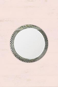 모자이크 무늬의 접시와 나무 테이블 | 복고풍 배경 소재 | 가로