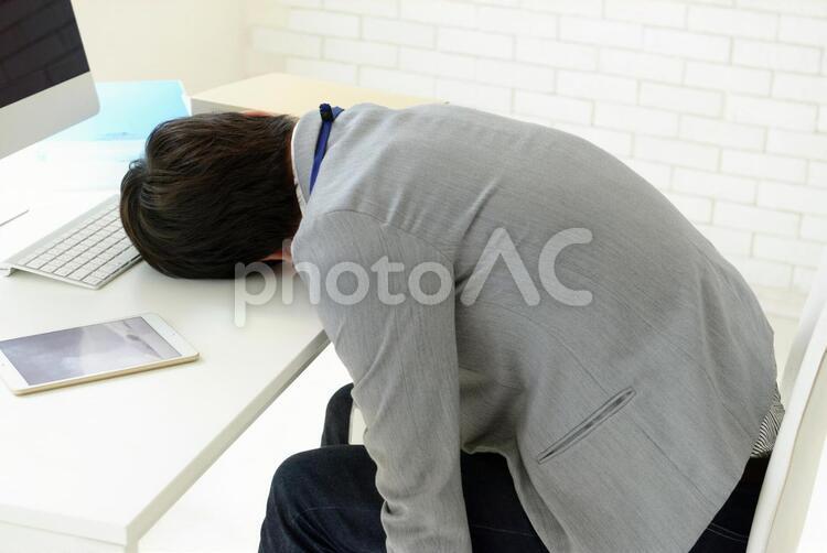 昼寝をしている男性7の写真
