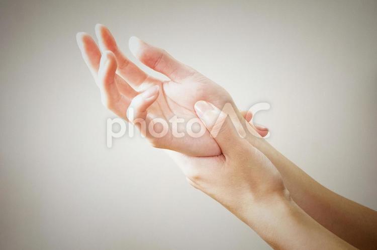 手首を掴む女性の手(上向き)の写真