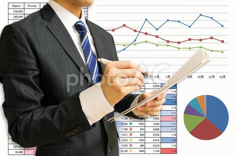 レポート資料とスーツの男性の写真