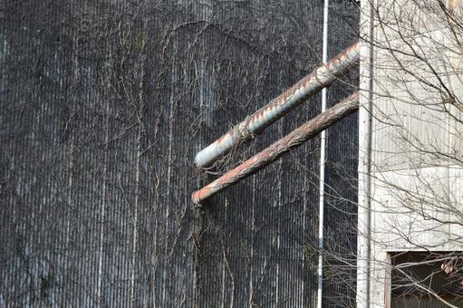 포도 나무가 바닥 댔다 벽과 파이프 공장의 풍경