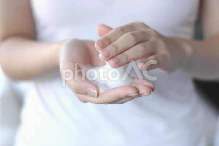 泡を手に取る女性の写真