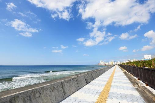 오키나와의 아름다운 바다와 상쾌한 하늘