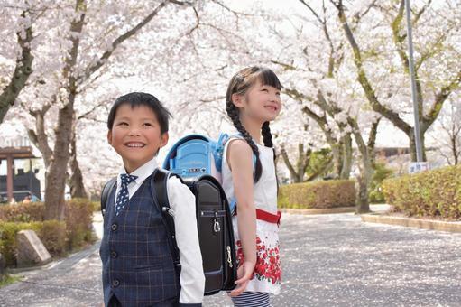 新生一年級男孩和女孩充滿希望