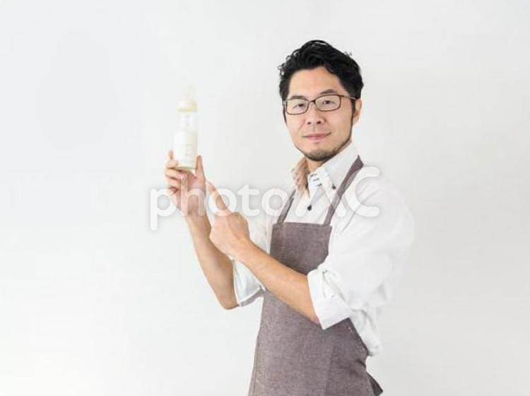 哺乳瓶を持つ男性のイメージの写真