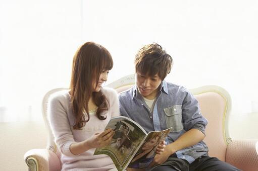Couple seeing magazines 14