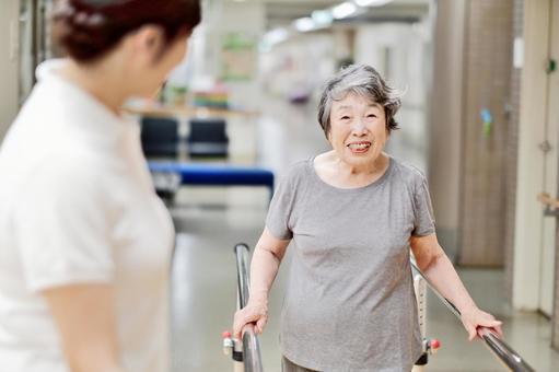 リハビリするおばあちゃんと介護士10