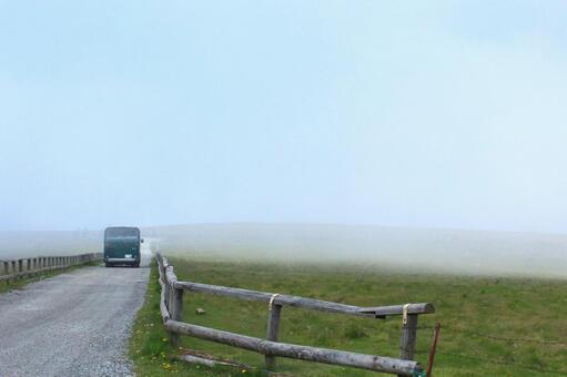 公共汽车经过雾