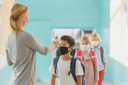 在走廊測量熱量的小學生