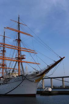 맑은 날에는 항구에 정박하는 선박