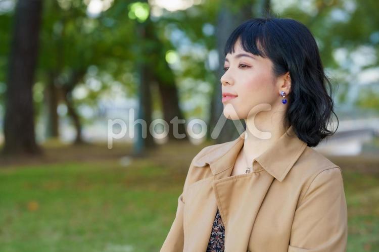 景色を眺める女性のポートレートの写真