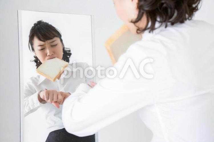遅刻しそうな女性の写真