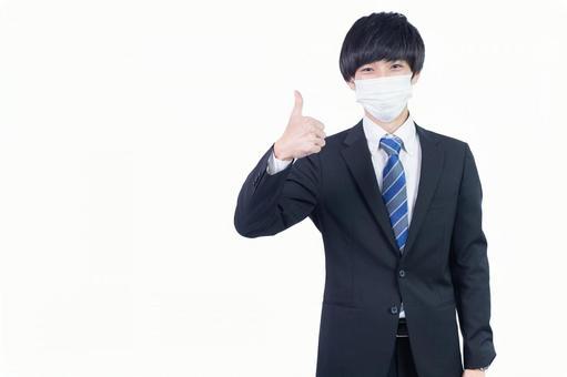 마스크를 손으로 전화 제스처를하는 젊은 일본인 사업가