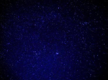 斯巴魯(le宿星團)和繁星點點的天空