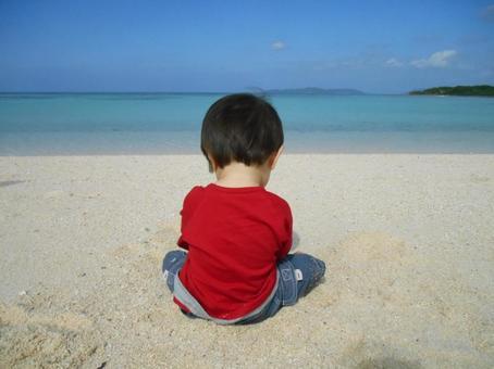 해변에서 농성 소년의 뒷모습