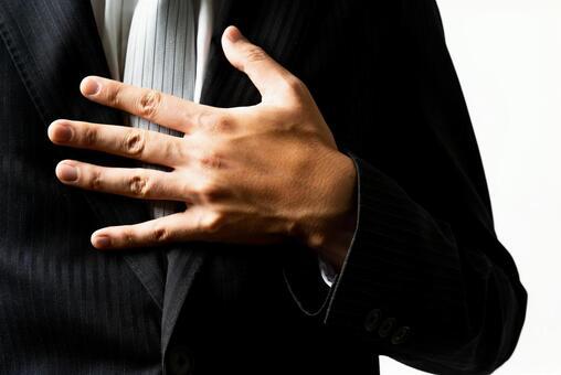 把手放在胸前的商人
