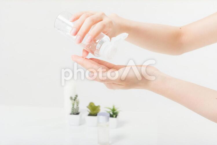 化粧水を手にのせる女性(パーツ)5の写真