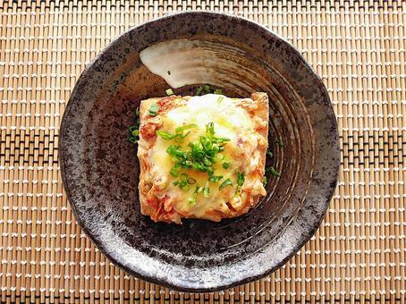 烤金槍魚泡菜配厚炸奶酪