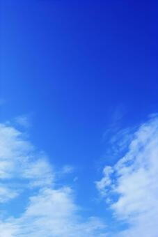 Refreshing vertical sky background material of blue sky and clouds