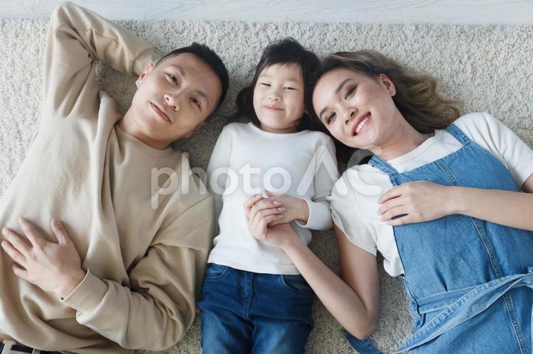 寝転ぶ家族の写真
