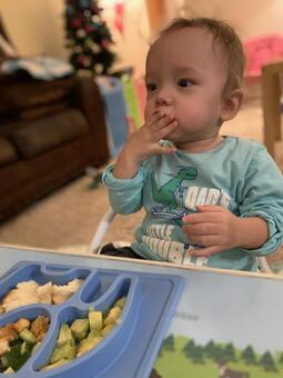 男孩吃嬰兒食品