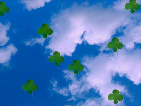 푸른 하늘에 떠있는 네 잎 클로버 (봄)