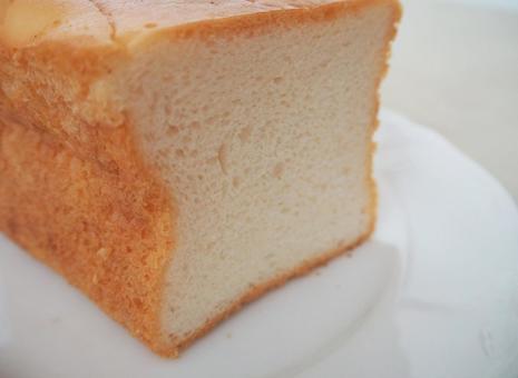 쌀가루 빵과 흰 접시