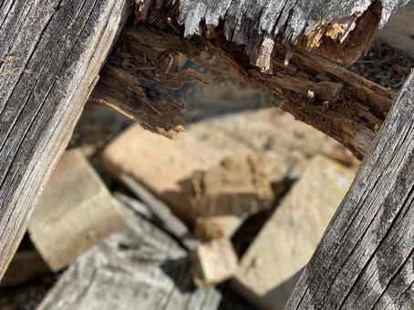 폐기물의 구멍에서 보이는 잔해
