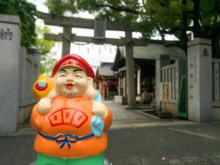 Daikokama in front of the shrine
