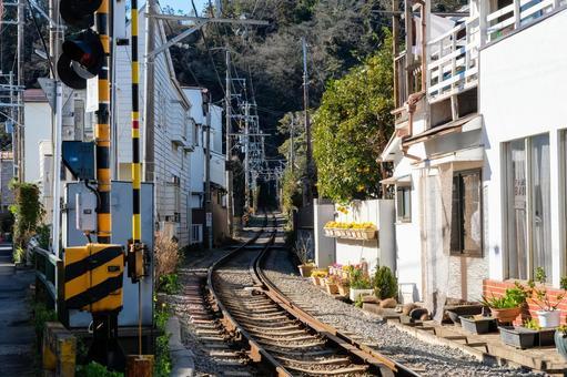 가나가와 현 가마쿠라시 주택가를 달리는 에노덴 레일