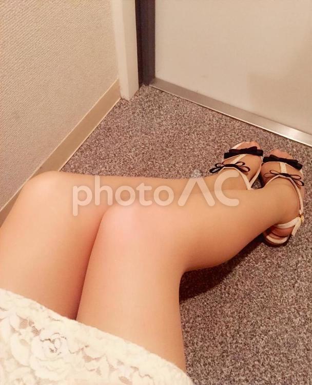 玄関で靴を履いた女性の写真
