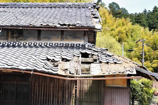 구멍이 뚫린 기와 지붕