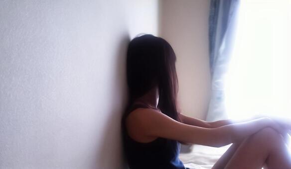 每天 - 一个女人看着窗外