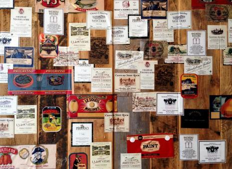 葡萄酒標籤和木牆