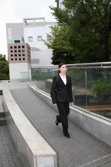 걷는 비즈니스 우먼 4
