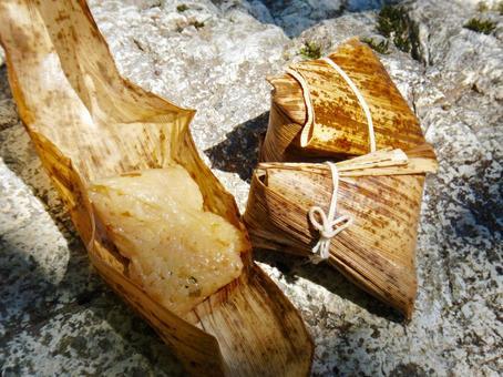 대나무 껍질에 싸인 주먹밥