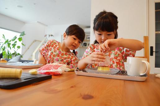 Girls making pudding à la mode