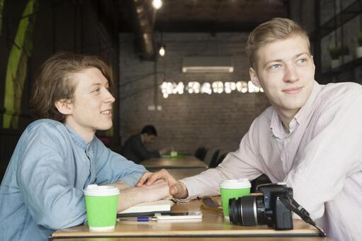 同性戀夫婦16坐在咖啡桌座位
