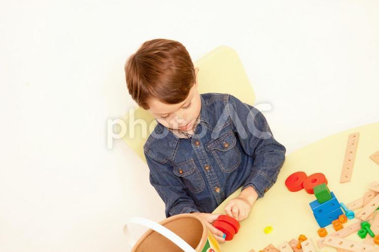 おもちゃで遊ぶ男の子10の写真