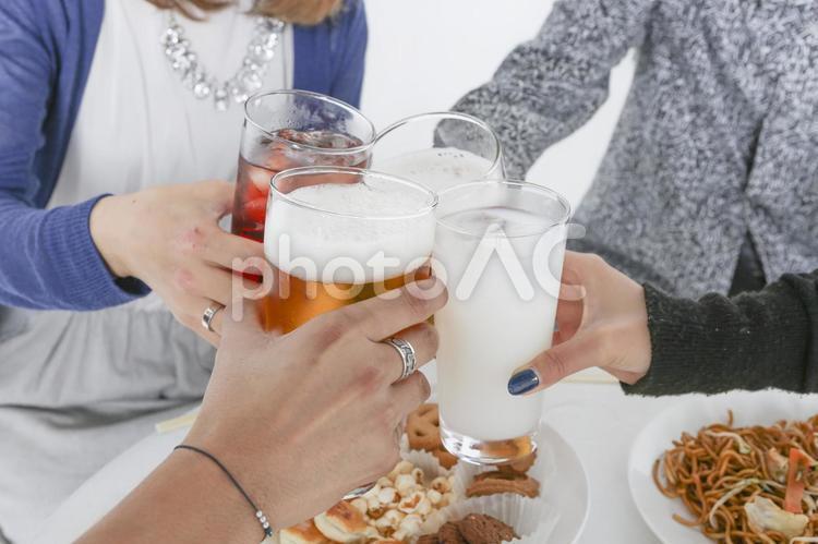パーティーを楽しむ若者たち 乾杯87の写真