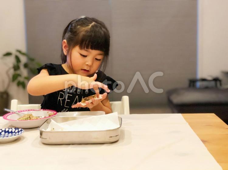 餃子を作る女の子_01の写真