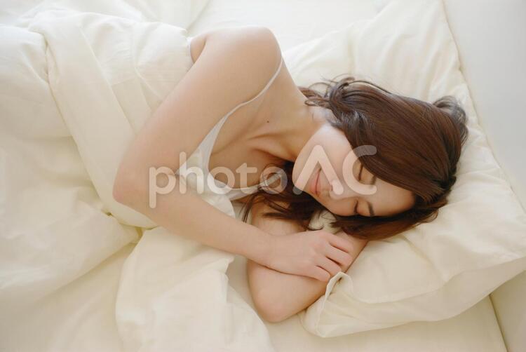ベッドで眠る女性9の写真