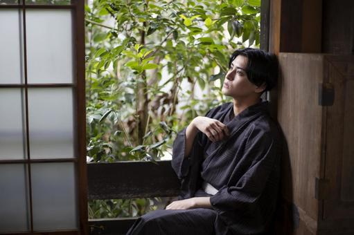 A man who cools by the window in a yukata
