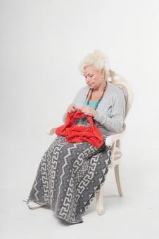 國外老年婦女5讀報紙坐在椅子上